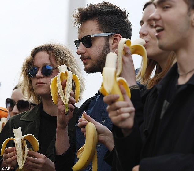 Διαδηλωτές διαμαρτύρονται τρώγοντας μπανάνες έξω από το Μουσείο