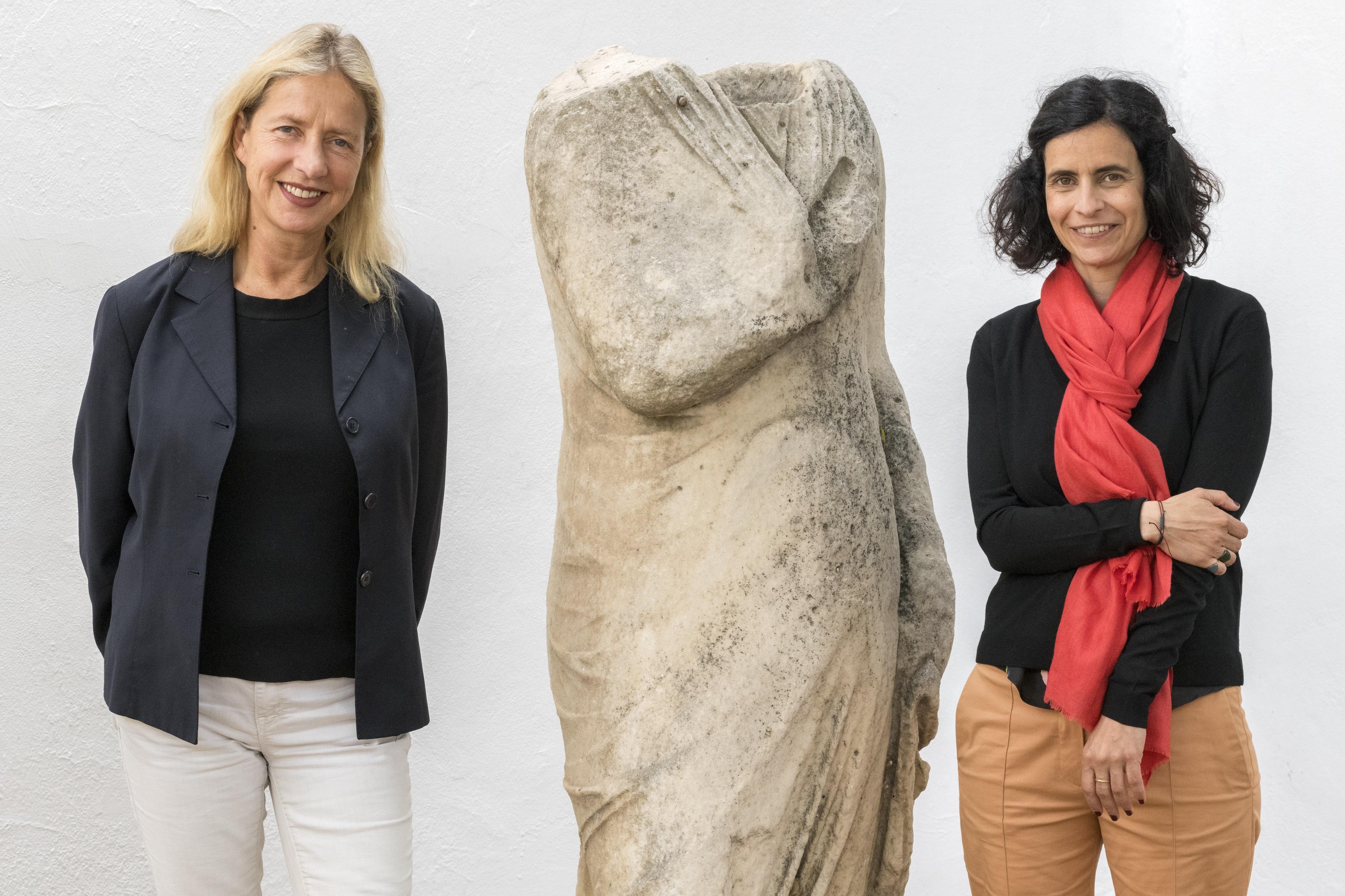 Δυο γυναίκες και ένα αγαλμα