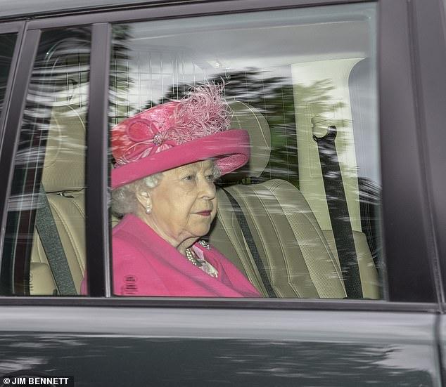 Η βασίλισσα Ελισάβετ  μέσα σε αυτοκίνητο πηγαίνοντας στην εκκλησία The Royal Chapel of All Saints