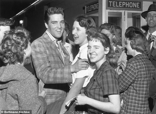 Ο Έλβις Πρίσλεϊ γελά με μία θαυμάστρια το 1958, η οποία του ζήτησε να υπογράψει στο σώμα της γιατί δεν είχε χαρτί!