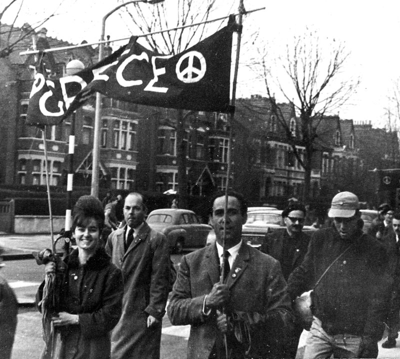 Ο Γρηγόρης Λαμπράκης στην Πορεία Ειρήνης στο Λονδίνο 12 Απρ 1963. Το πανό που κρατά, θα το πάρει μαζί του στην Ελλάδα, για να το έχει στην Πορεία του Μαραθώνα.