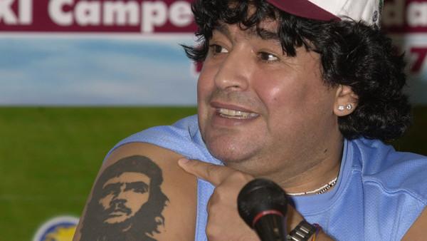 Ο Μαραντόνα με το τατουάζ του Τσε Γκεβάρα
