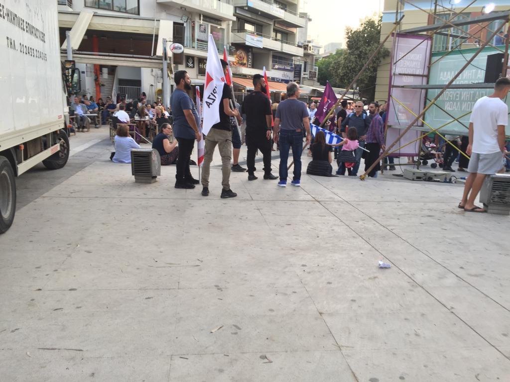 Οπαδοί του ΣΥΡΙΖΑ με σημαίες