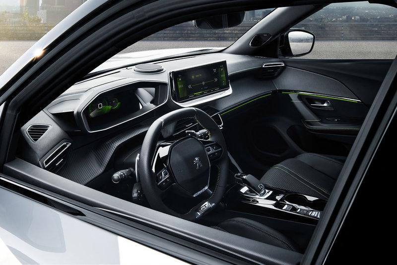 Το SUV εξοπλίζεται με ηχοσύστημα της Focal 10 ηχείων, με το Peugeot 3D i-Cockpit και το μικρό τιμόνι και το head-up display.