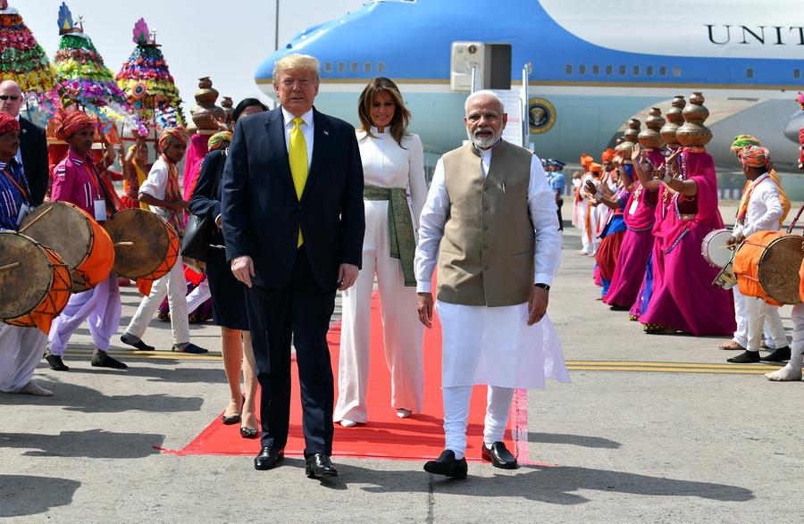 Ο πρωθυπουργός της Ινδίας, Ναρέντρα Μόντι υποδέχθηκε τον Ντόναλντ και την Μελάνια Τραμπ