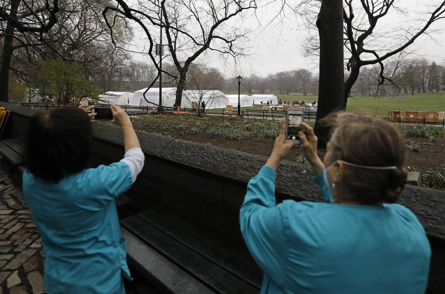 Νοσοκόμες τραβούν φωτογραφίες το πρωτόγνωρο σκηνικό στο Central Park