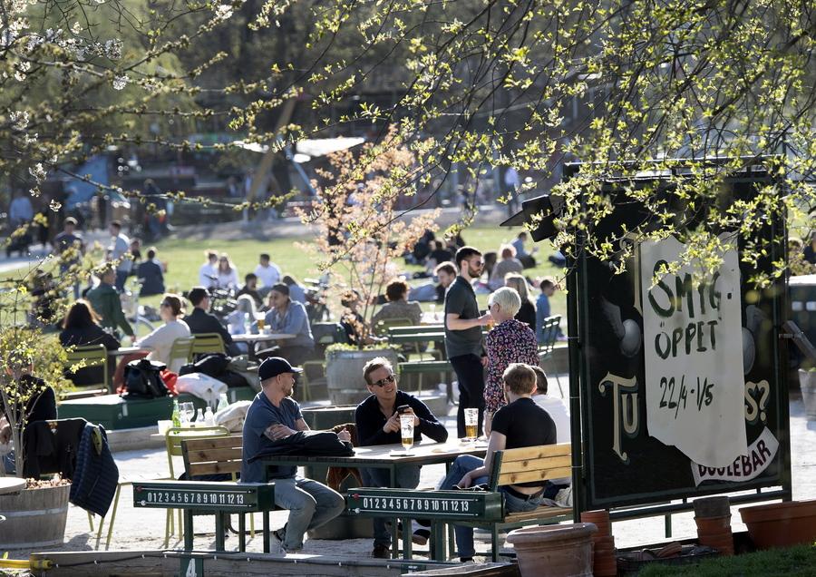 Οι καφετέριες και τα μπαρ στην Σουηδία παραμένουν ανοιχτά παρά την εξάπλωση του κορωνοϊού