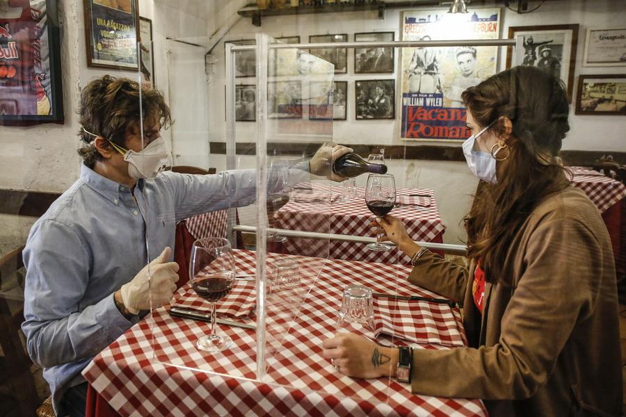 Το ζευγάρι των ιδιοκτητών δοκιμάζει το διαχωριστικό τηρώντας όλα τα υπόλοιπα μέτρα - φορούν ακόμη και γάντια