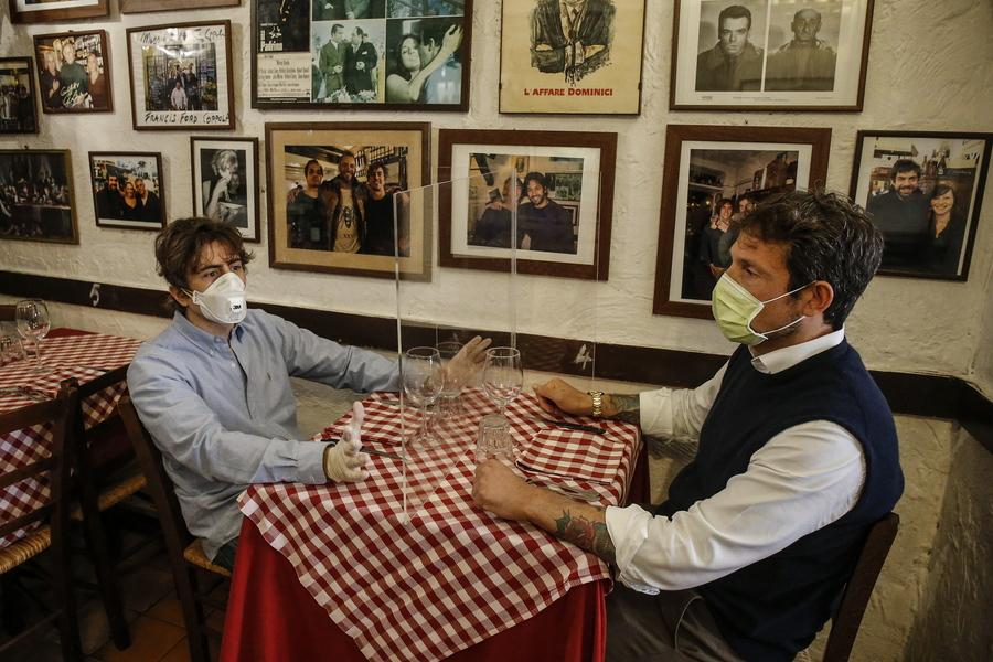 Ο ιδιοκτήτης του εστιατορίου με τον κατασκευαστή του πλέξιγκλας δοκιμάζουν το πάνελ