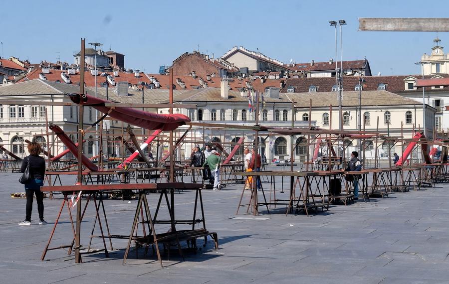 Προετοιμασία των υπαίθριων αγορών, με την διατήρηση αποστάσεων ασφαλείας, μετά την άρση των περιοριστικών μέτρων στην Ιταλία