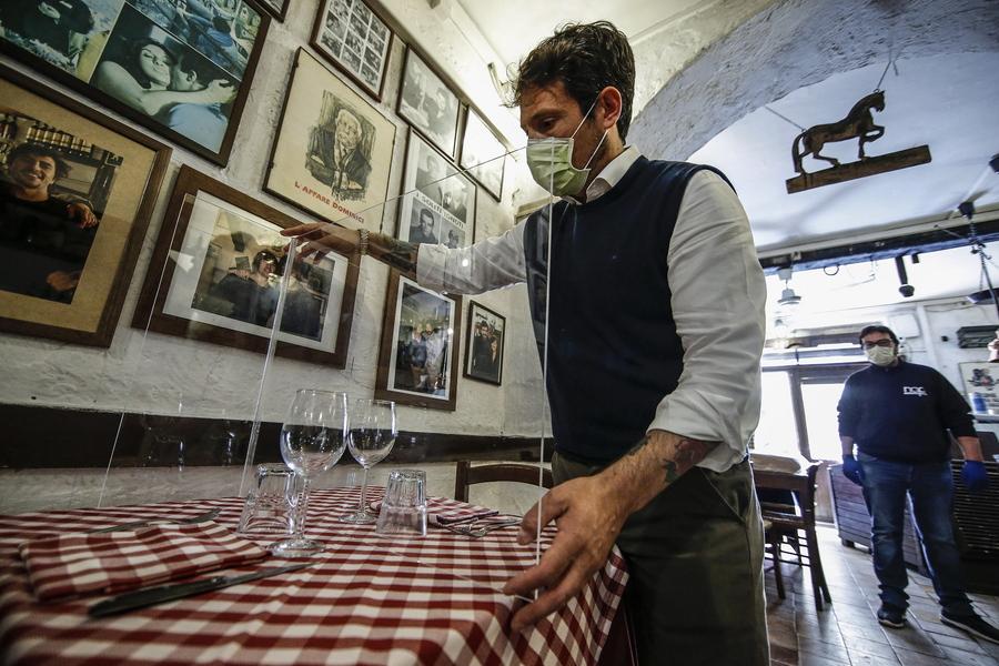 Ο κατασκευαστής του πλέξιγκλας, τοποθετεί το διαχωριστικό στο τραπέζι του εστιατορίου Il Ciak