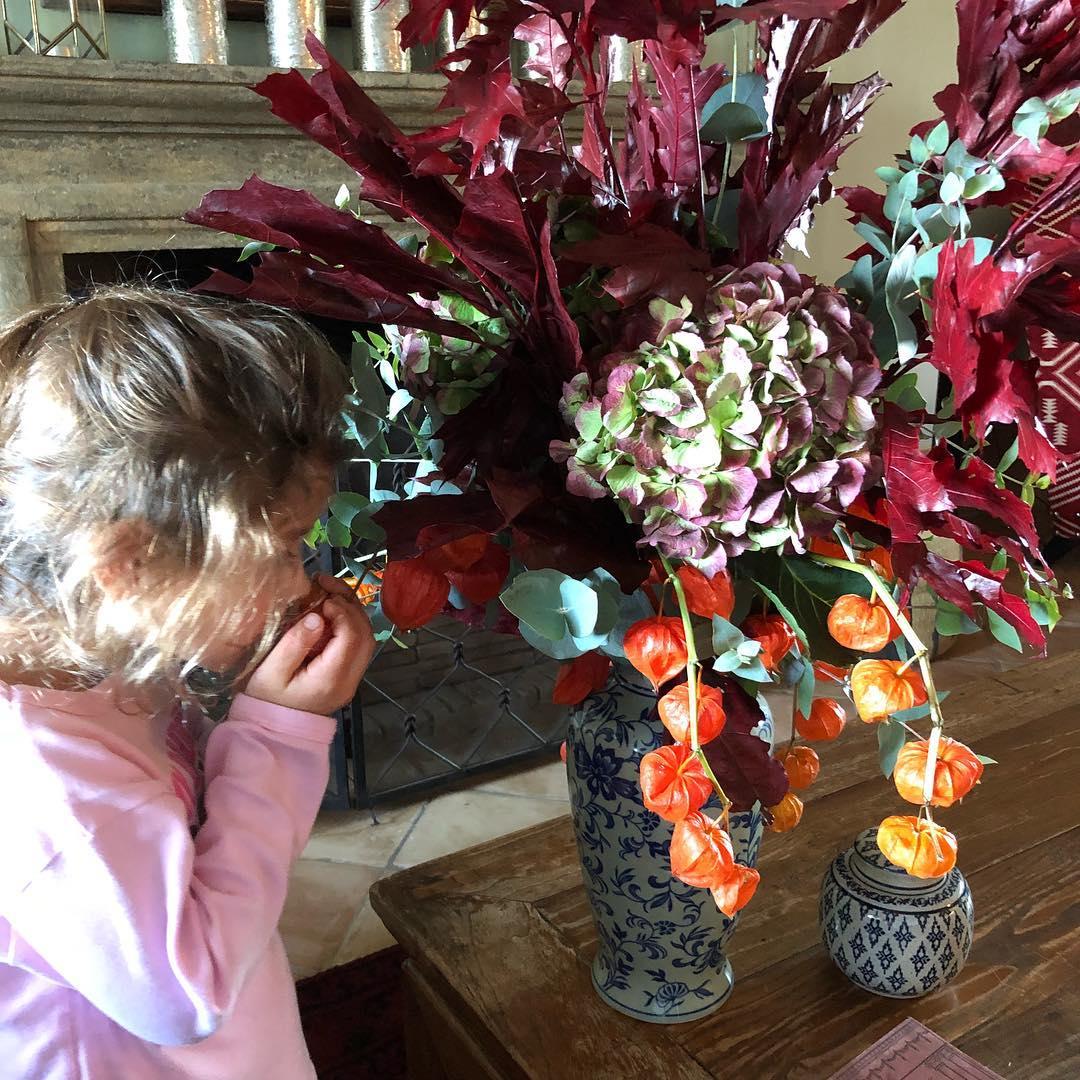 κόρη του Σακη Ρουβά μυρίζει ένα λουλούδι
