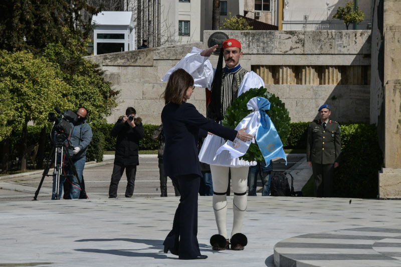 Η Πρόεδρος της Δημοκρατίας καταθέτει στεφάνι στον Αγνωστο Στρατιώτη