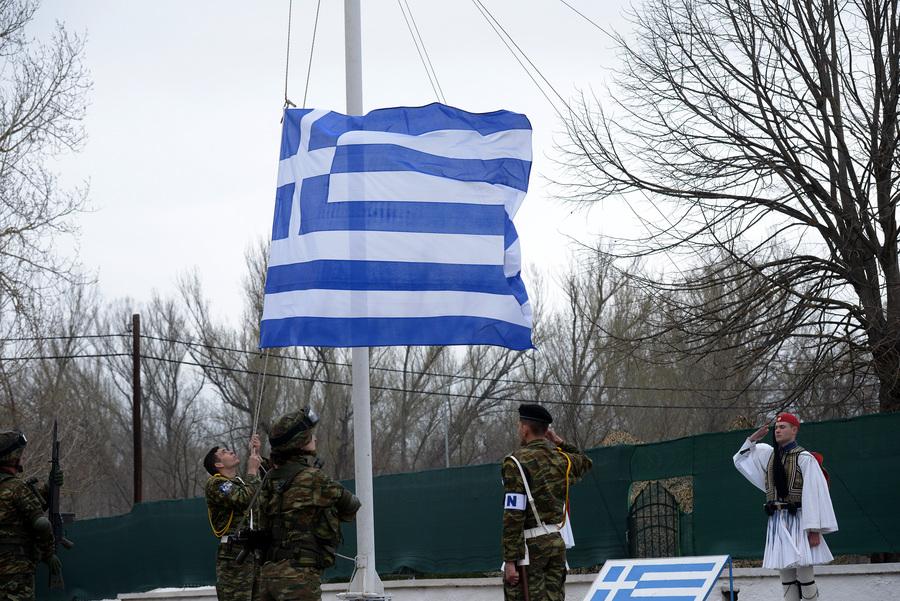 Τελετή έπαρσης της ελληνικής σημαίας στο Φυλάκιο 1 στις Καστανιές, την Τετάρτη 25 Μαρτίου 2020