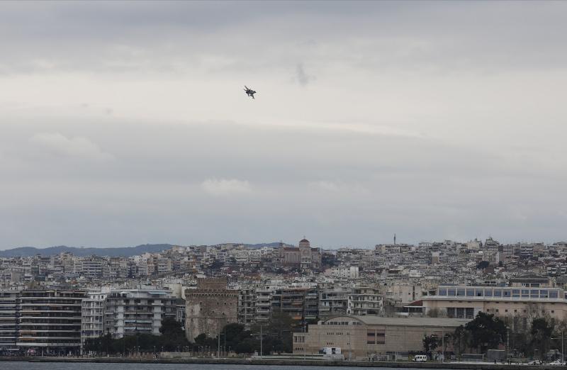 Μαχητικό F-16 πετάει πάνω από τη Θεσσαλονίκη