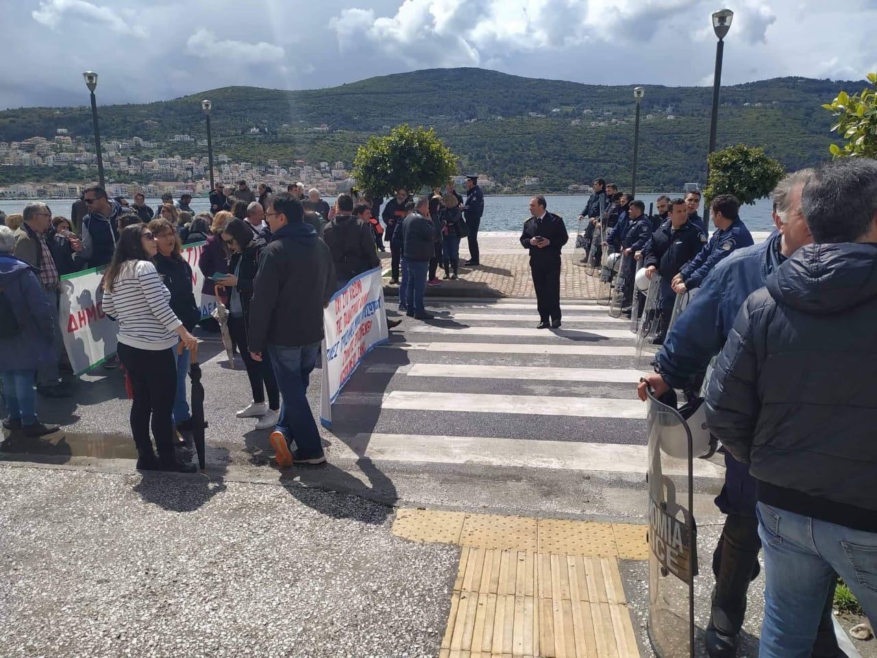 Κάτοικοι συγκεντρώθηκαν στη Σάμο για να διαμαρτυρηθούν για το μεταναστευτικό στον Δημήτρη Βίτσα