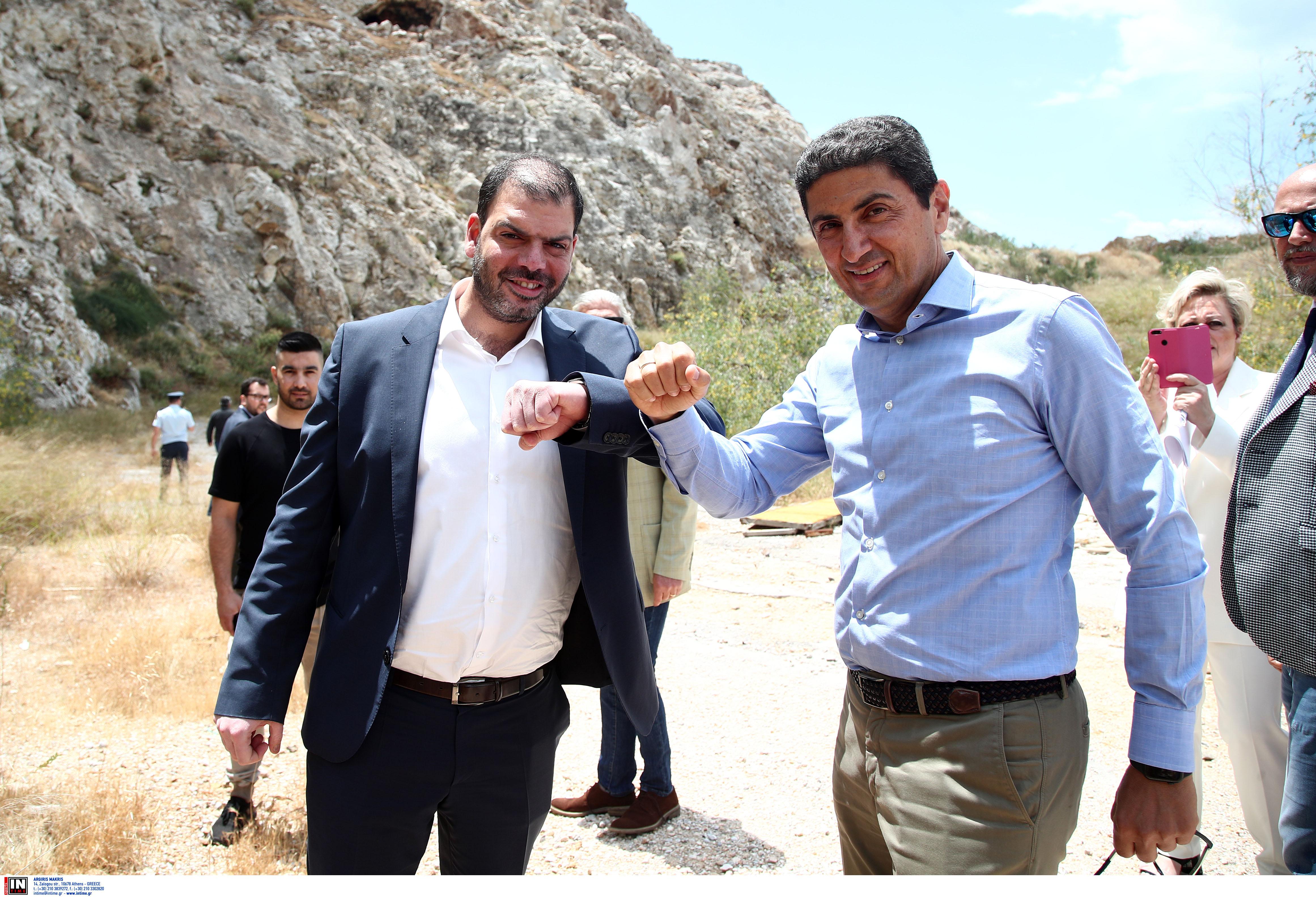 Ο Δήμαρχος Κορυδαλλού και ο Λευτέρης Αυγενάκης στην παραχώρηση έκτασης της ΓΓΑ στο Σχιστό στο Δήμο Κορυδαλλού