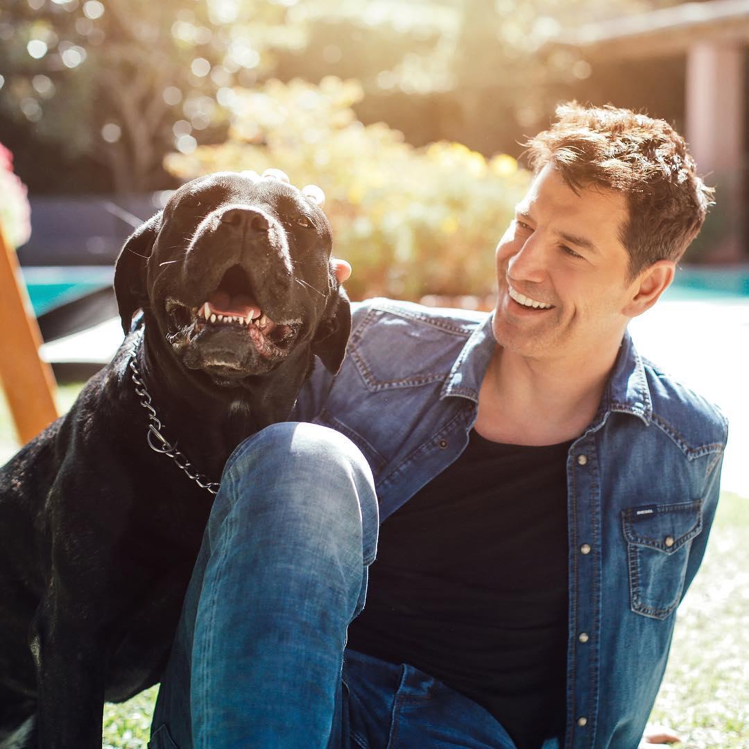 ο Σάκης Ρουβάς με τον σκύλο του