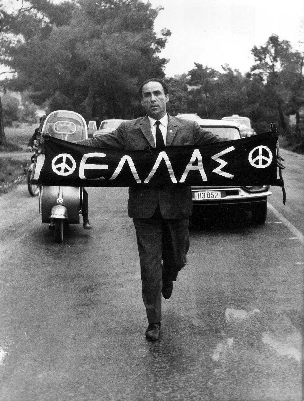 Ο Γρηγόρης Λαμπράκης, πραγματοποιεί τελικά, έστω και με συμβολικό τρόπο, την Πρώτη απαγορευμένη Πορεία Ειρήνης (21 Απριλίου του 1963).