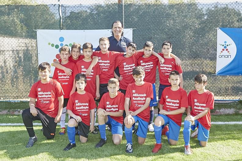 Ο Τάσος Μητρόπουλος με παιδιά των Αθλητικών Ακαδημιών ΟΠΑΠ