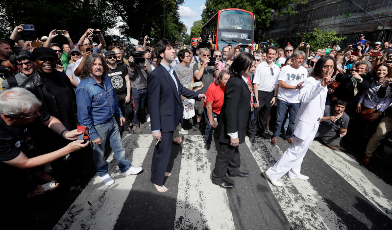 Θαυμαστές των Beatles γιορτάζουν τα 50 χρόνια από τον δίσκο Abbey Road