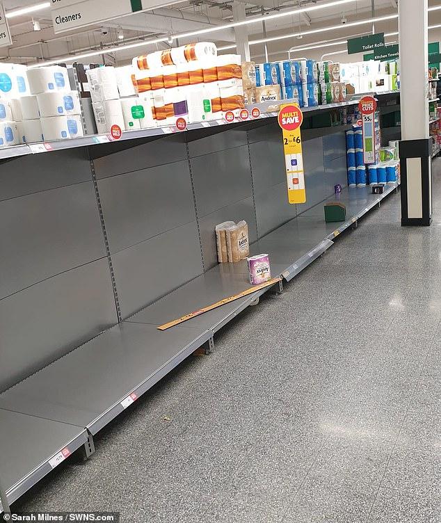 Τα ράφια με το χαρτί υγείας σε σούπερ μάρκετ του Λεϊσέστερ άδεια νωρίτερα σήμερα, όπως σημειώνει η Daily Mail.