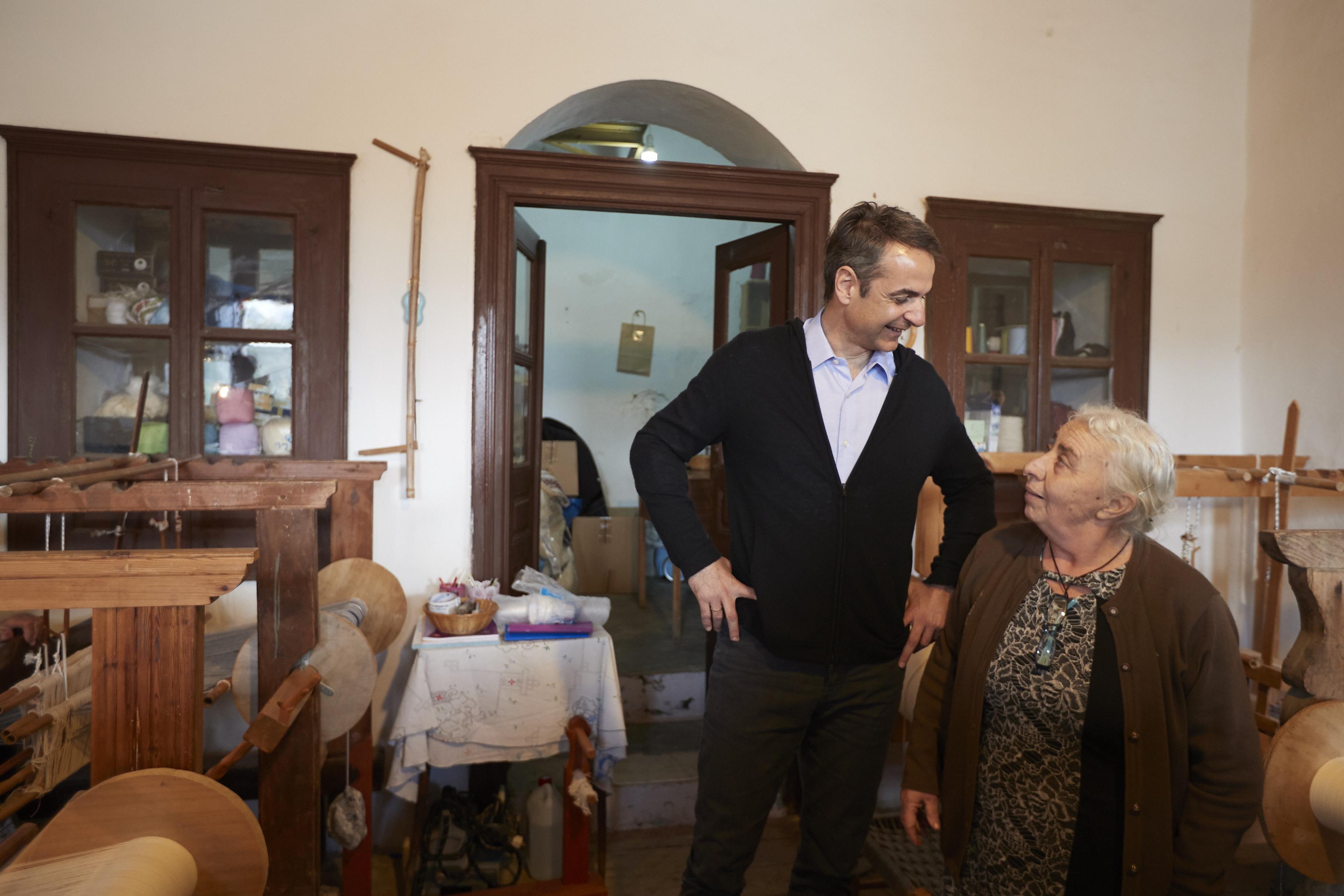 Ο πρόεδρος της ΝΔ με ηλικιωμένη κάτοικο της Νάξου