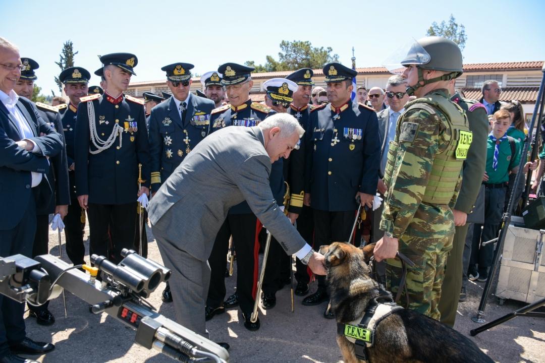 Ο Ευάγγελος Αποστολάκης χαϊδεύει στρατιωτικό σκύλο