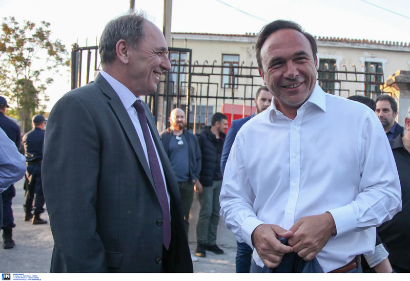 Ο Γιώργος Σταθάκης εμφανίστηκε χαμογελαστός, έκανε δηλώσεις στις κάμερες, φωτογραφήθηκε με τον Πέτρο Κόκκαλη.