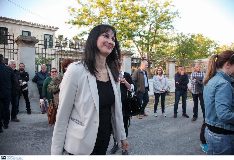 Η Ελενα Κουντουρά προσέρχεται στην εκδήλωση της ομιλίας Τσίπρα στα Χανιά