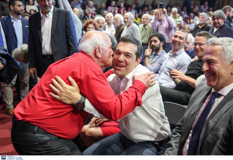 Αγκαλιές και φιλιά στον πρωθυπουργό από συγκεντρωθέντες στο κλειστό γήπεδο των Χανίων