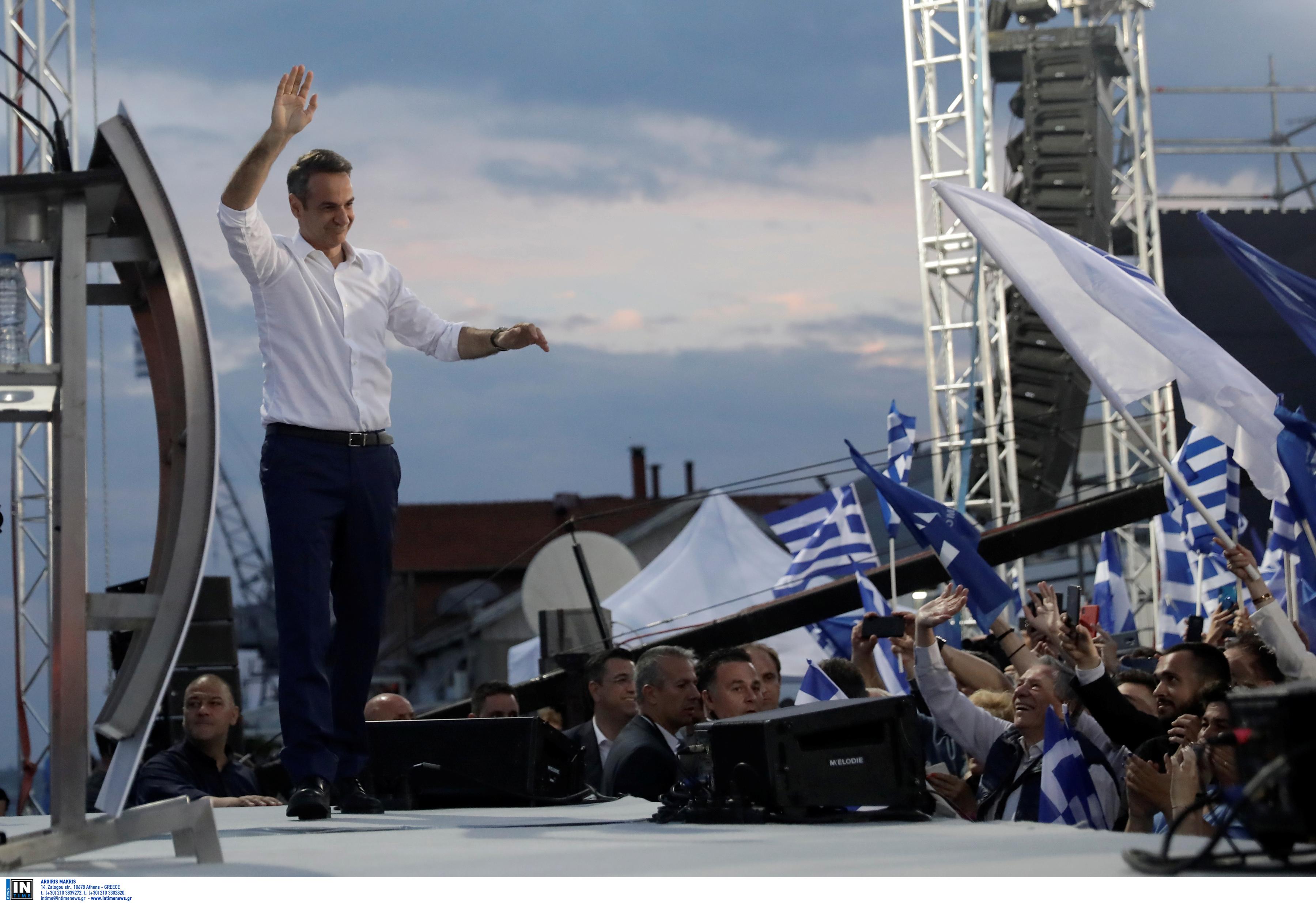 Ο Μητσοτάκης ανεβαίνει στο βήμα και χαιρετά τους συγκεντρωθέντες