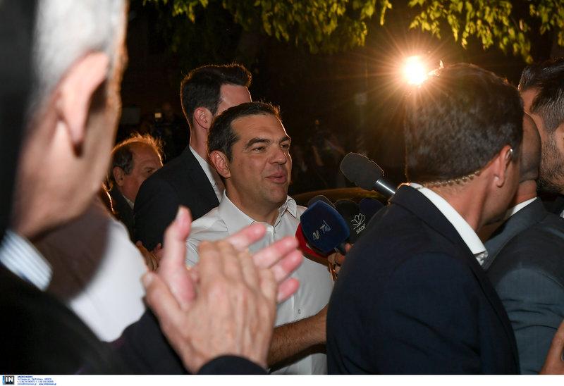 Ο Αλέξης Τσίπρας αρνήθηκε να κάνει δήλωση μπαίνοντας στην Κουμουνδούρου