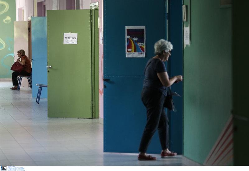 Μια ψηφοφόρος μπαίνει στο εκλογικό της τμήμα