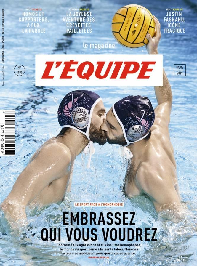 Δυο πολίστες φωτογραφίζονται να φιλιούνται στο στόμα στο εξώφυλλο του γαλλικού περιοδικού της «L' Equipe» που κυκλοφορεί το Σάββατο 4 Μαΐου.