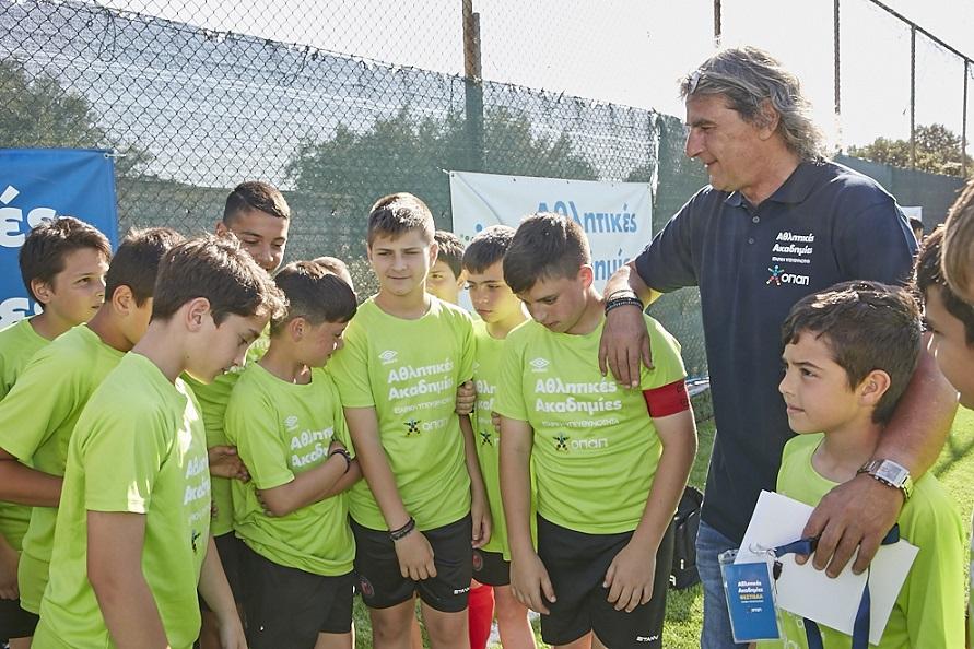 Ο Γιάννης Καλιτζάκης με παιδιά των Αθλητικών Ακαδημιών ΟΠΑΠ