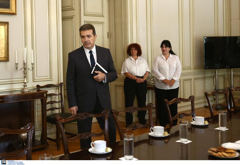 Ο Μιχάλης Χρυσοχοϊδης προσέρχεται στην σύσκεψη