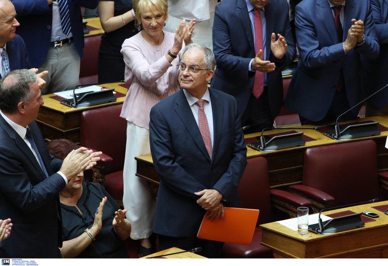 Τασούλας πρόδρος της βουλής τον χειροκροτάνε