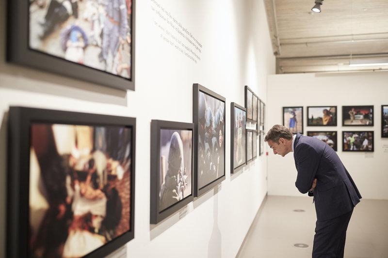 Μητσοτάκης κοιτάζει φωτογραφίες
