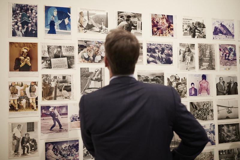Μπροστά στις φωτογραφίες του Γιάννη Μπεράκη