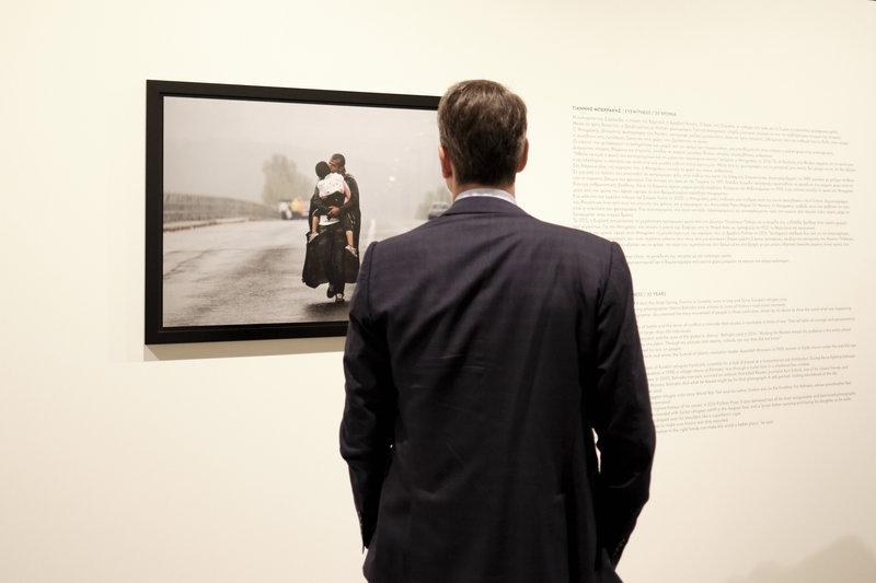 Μπροστά στη βραβευμένη φωτογραφία του Γιάννη Μπεχράκη