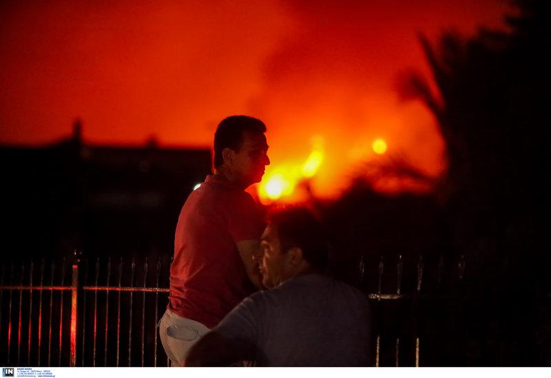 Πολίτης κοιτά τη φωτιά