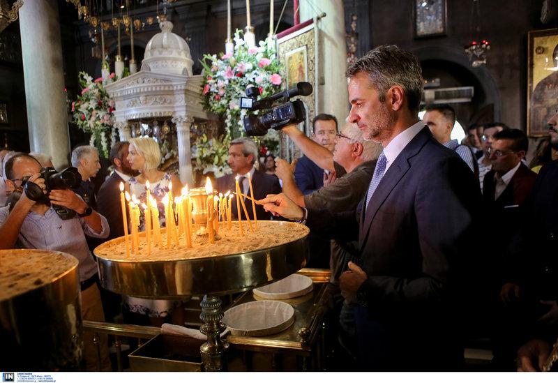 Ο Κυριάκος Μητσοτάκης ανάβει κερί στην εκκλησία