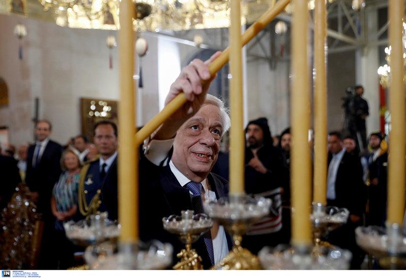 Ο Προκόπης Παυλόπουλος ανάβει κερί στην Παναγία Σουμελά