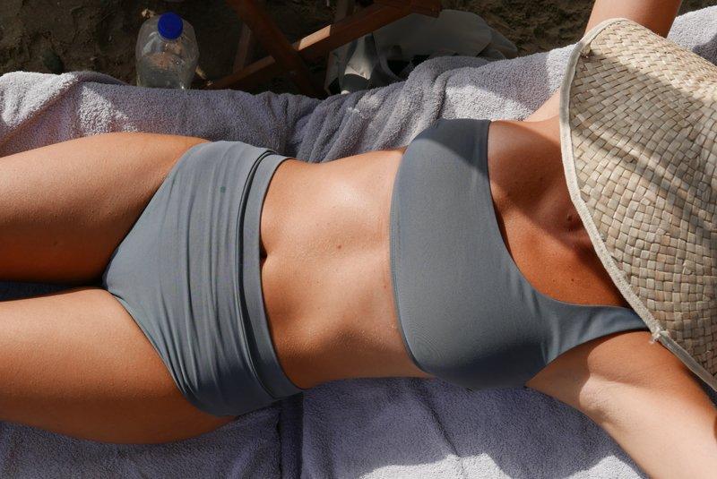 Γυναίκα κάνει ηλιοθεραπεία