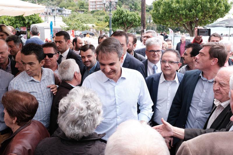 Ο Κυριάκος Μητσοτάκης συνομιλεί με κατοίκους της περιοχής