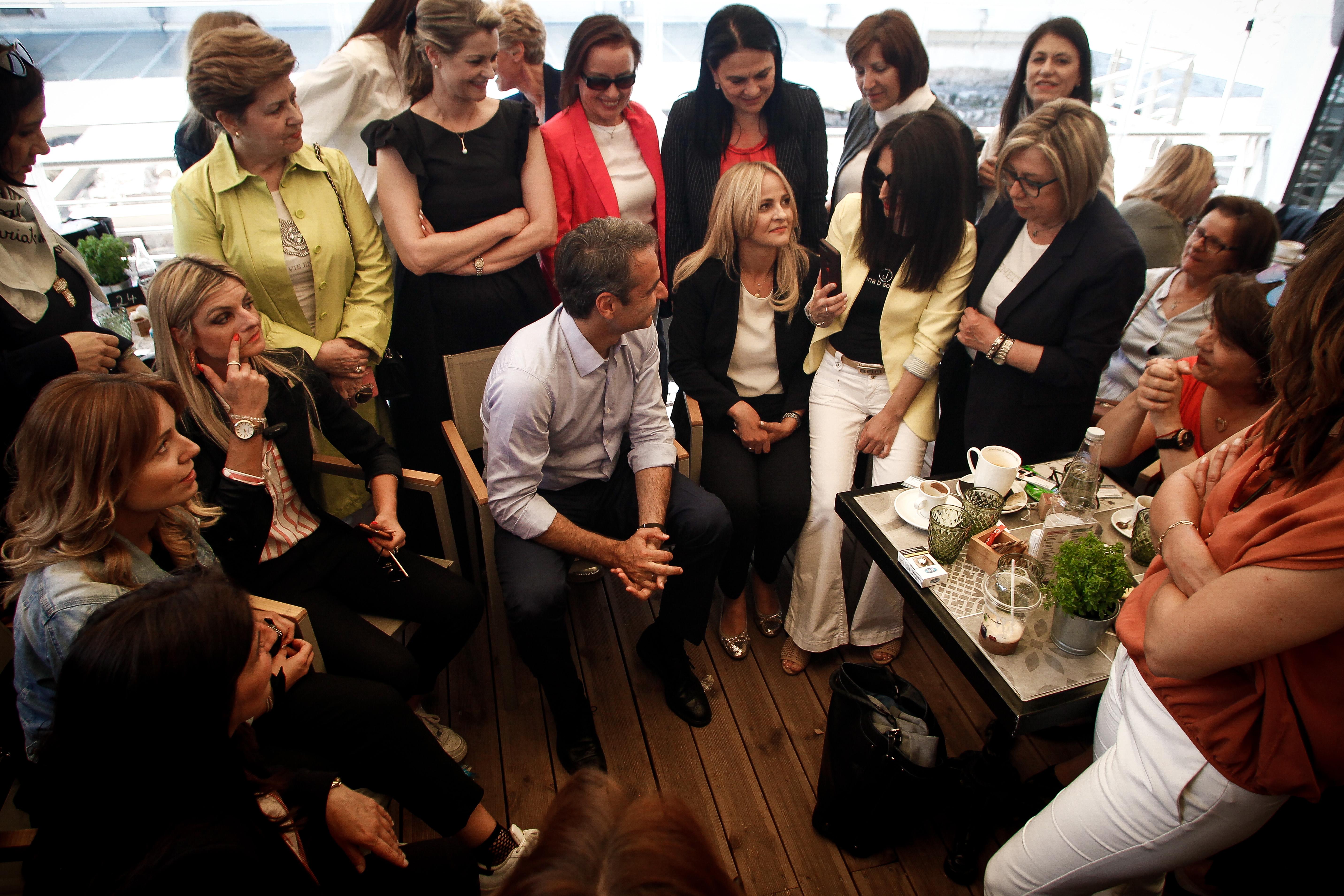 Ο Κυριάκος Μητσοτάκης συνομιλεί με γυναίκες στα Τρίκαλα