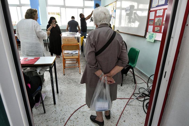 Μια ηλικιωμένη σε εκλογικό τμήμα στην Αθήνα