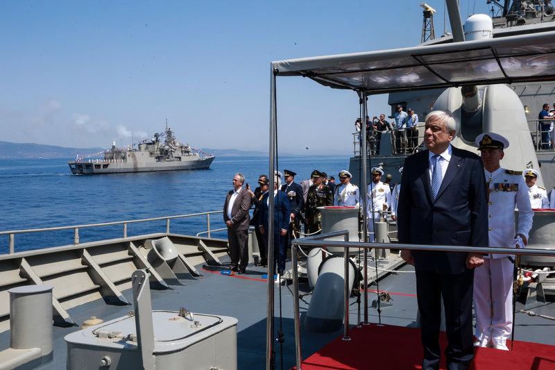Ο κ. Παυλόπουλος, από την γέφυρα της φρεγάτα «Σαλαμίς» απευθύνθηκε, μέσω ασυρμάτου, στα πληρώματα των πλοίων