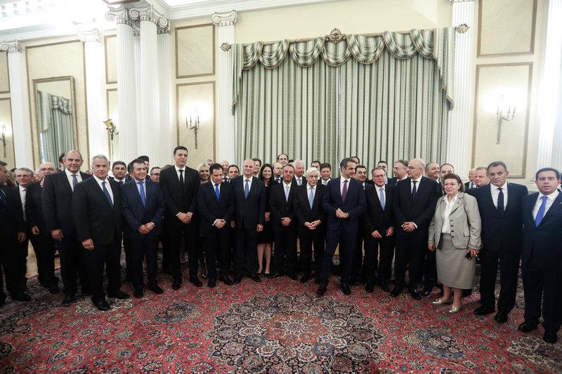 Χαμογελαστά τα στελέχη της κυβέρνησης Μητσοτάκη λίγο μετά την ορκωμοσία